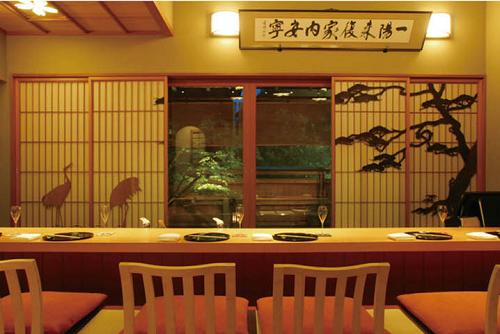 神楽坂前田のおせちの特徴や口コミ、評判について。東京新宿の有名日本料理店神楽坂前田監修のおせちは、加賀料理を中心にしたにした、本格的な和のおせち、和風おせちで全国に宅配するおせち通販でその魅力についてまとめています。みんなのお祝いグルメ神楽坂前田外観2021